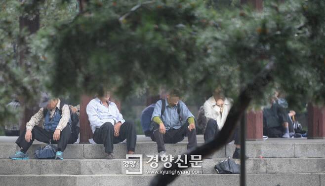 서울 종로의 한 공원에서 비를 피하고 있는 노인들 모습/김창길 기자