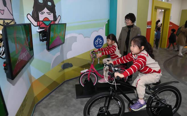 어린이들이 2층 교통안전체험관에서 자전거 안전 체험을 하고 있다. 우상조 기자