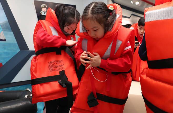 어린이들이 3층 선박안전체험관에서 구명조끼 착용 요령을 배우고 있다. 우상조 기자