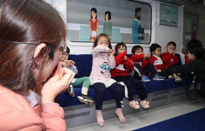 철도안전체험관에서 어린이들이 화재 발생 시 코와 입을 막고 대피하는 행동요령을 교육받고 있다. 우상조 기자
