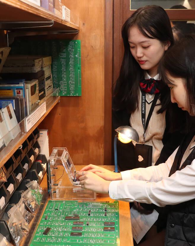 관람객들이 아케이드 게임을 즐기고 있다. 게임 기판과 게임기 개발장비 등이 전시되어 있다. 우상조 기자