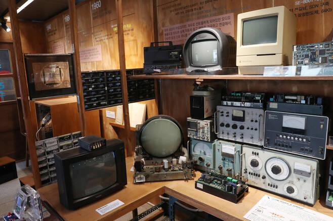 2세대 전시관에 트랜지스터 텔레비전, 원형브라운관 등의 전자제품. 우상조 기자