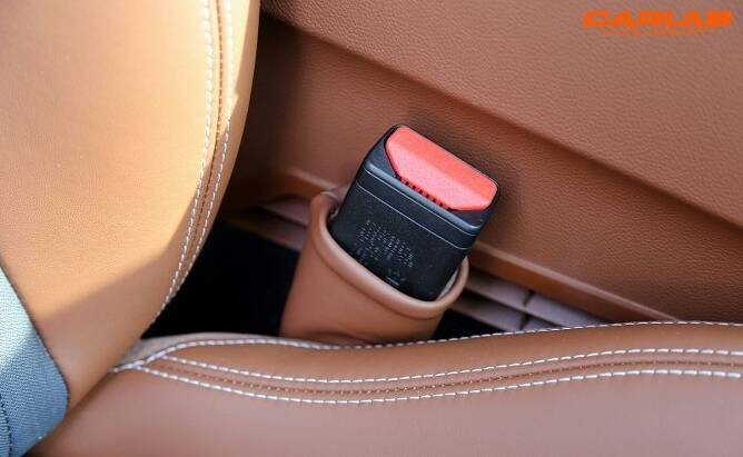가죽커버로 감싼 안전벨트