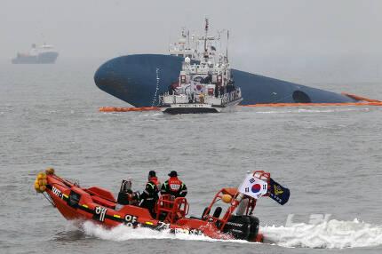 세월호참사 이틀째인 지난 2014년 4월 17일 전남 진도군 관매도 인근 사고 해상에 구조당국이 출동해 있다. (자료사진/윤성호기자)