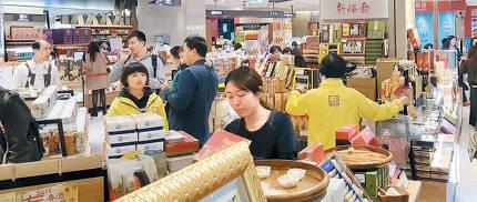 타이베이101 지하 1층 쇼핑몰에서 고객들이 쇼핑을 즐기고 있다. 타이베이101은 연간 방문객이 1000만명에 달할 정도로 대만의 랜드마크로 자리 잡았다. [타이베이 = 김유태 기자]
