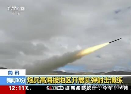 (베이징 AP=연합뉴스) 중국이 인도와 국경을 맞대고 있는 티베트 지역에서 로켓 발사 훈련을 하고 있는 모습으로 4일(현지시간) 중국 CCTV가 공개했다.       ymarshal@yna.co.kr