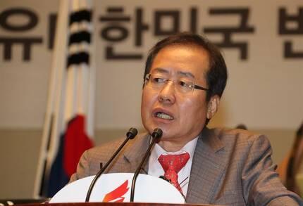 홍준표 자유한국당 대표가 6일 오전 국회에서 열린 의원총회에서 국회 보이콧에 관한 의원들의 결속을 강조하고 있다. 연합뉴스