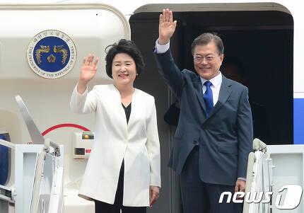 문재인 대통령과 김정숙 여사. 2017.6.28/뉴스1 © News1 허경 기자