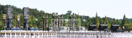 킬체인 핵심 미사일 - 28일 창군 이래 처음으로 경기 평택 해군 제2함대사령부에서 열린 건군 69주년 국군의 날 기념행사에 우리 군의 주요 전략무기들이 사열을 받기 위해 전시돼 있다. 왼쪽부터 현무2 탄도미사일, 현무3 순항미사일.안주영 기자 jya@seoul.co.kr