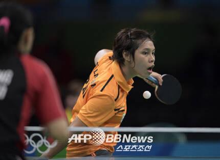 필리핀 사상 최초의 탁구 올림피언. 지난해 리우올림픽에 첫 출전한 이안 라리바의 경기 모습. ⓒAFPBBNews = News1