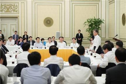 문재인 대통령이 지난 8월26일 청와대로 더불어민주당 소속 의원들을 초청한 자리에서 발언하고 있다.[사진=청와대]