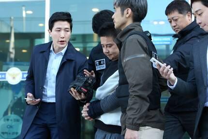 이영학씨가 13일 오전 서울 중랑경찰서에서 기자들의 질문에 답한 뒤 호송차로 이동하고 있다.조문규 기자