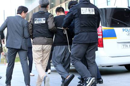 맨발에 슬리퍼를 신은 이영학씨가 13일 오전 서울 중랑경찰서에서 기자들의 질문에 답한 뒤 호송차로 이동하고 있다. 이씨의 양팔이 포승줄에 묶여있다. 조문규 기자