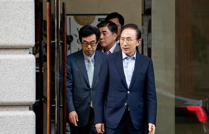 이명박 전 대통령(오른쪽)이 9월25일 서울 강남구 사무실을 나서고 있다. © 시사저널 최준필