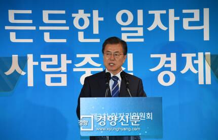 문재인 대통령이 18일 오후 서울 성수동 헤이그라운드에서 열린 제3차 일자리위원회에서 모두발언을 하고 있다. 청와대사진기자단