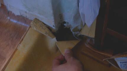 벽이나 바닥의 갈라진 틈으로 라돈이 침투할 수 있다. [중앙포토]