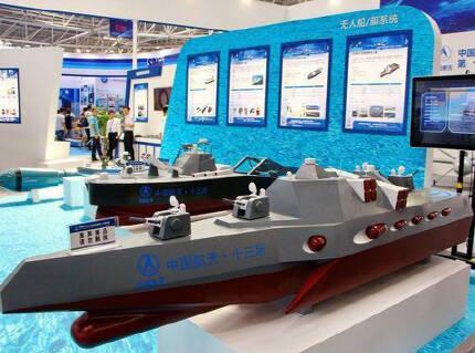이 투박하게 만들어진 D3000의 모형을 보면 D3000의 대략적인 개념을 알 수 있다. 선체는 3동 텀블홈 방식이고, 무장은 기관포와 대함 미사일 등이다. 또한 소형 무인잠수정, 어뢰, 기뢰를 쏘는 발사관도 있다.