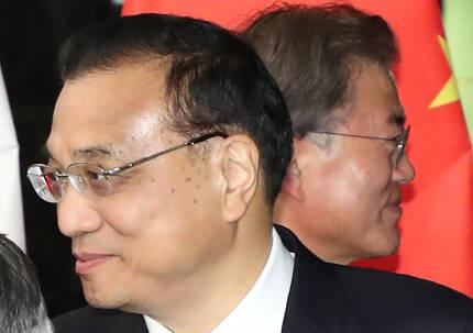 문재인 대통령이 13일 오후 '제31차 ASEAN 정상회의'가 열리는 필리핀 마닐라 소피텔 호텔에서 리커창 중국 총리(왼쪽)와 악수한 뒤 회담장으로 들어가고 있다. [연합뉴스]
