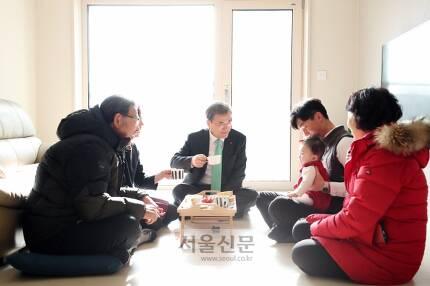 - 문재인 대통령이 7일 서울 노원구 '노원 에너지제로 주택 오픈하우스'행사에 참석, 한 신혼부부 입주세대를 방문해 대화를 나누고 있다.안주영 기자 jya@seoul.co.kr