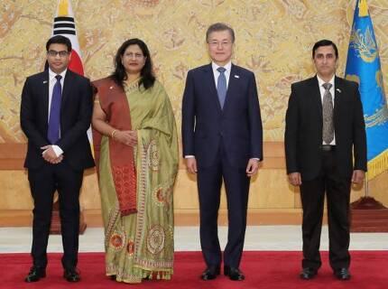 문재인 대통령이 31일 오후 청와대에서 열린 주한대사 신임장 제정식에서 아비다 이슬람(왼쪽 두번째) 주한 방글라데시 대사로부터 신임장을 받고 기념 촬영을 하고 있다. [이미지출처=연합뉴스]