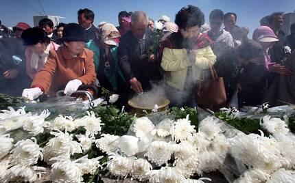 '제주4·3' 희생자 유가족과 도민들이 2008년 4월 60주기 4·3 희생자 위령제가 끝난 뒤 제단에 헌화·분향하고 있다. 한겨레 김정효 기자
