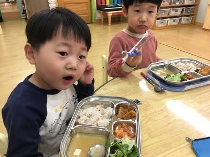 아이들은 점심시간 돈까스·샐러드·된장국 등의 반찬으로 식사를 했다. [임현동 기자]