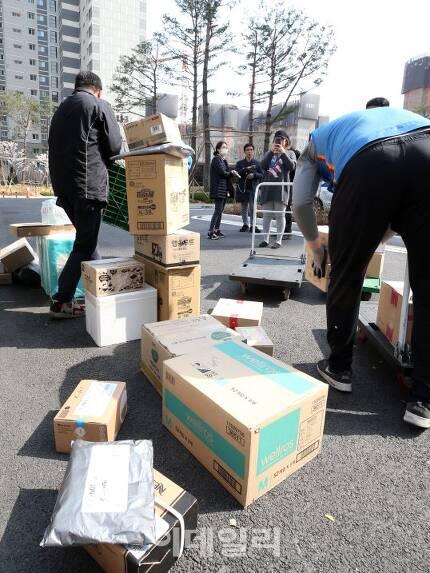 9일 오후 경기 남양주시 다산 신도시에 있는 한 아파트에서 택배기사들이 택배 배송을 하고 있다. (사진=이데일리 방인권 기자)