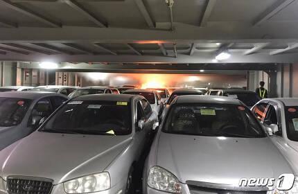 지난 21일 오전 9시39분께 인천항에서 화재가 발생한 중고차 수출 선박 오토배너 호의 최초 화재 모습 .(독자제공)2018.5.23/뉴스1 © News1 정진욱 기자