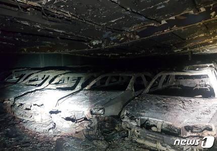 23일 오전 11시 인천 중구 인천항 1부두에 정박한 오토배너 호에 실려 있던 중고차들이 화재로 인해 전소됐다. 이 불로 총 2438대 중 1460여 대(11층 382대, 12층 537대, 13층 541대)가 전소됐다.(인천소방본부제공)2018.5.23/뉴스1 © News1 정진욱 기자