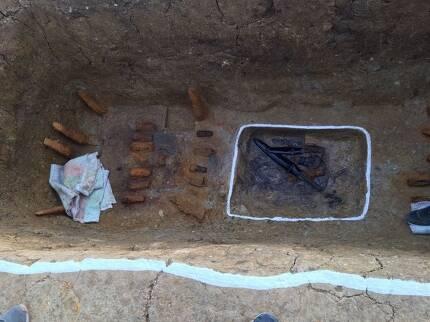 양지리 6호분의 무덤 관 자리 바닥에 있는 요갱(흰줄 쳐진 사각형)의 발굴 당시 모습. 안에 옻칠된 창집들이 보인다.