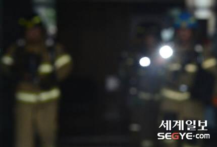 서울 낮 최고 기온이 35도까지 치솟는 등 폭염 특보가 내려진 지난 20일 오후 서울 도심 속 화재현장에서 진화작업 마친 소방대원들이 무거운 장비를 메고 힘겹게 걸어나오고 있다.
