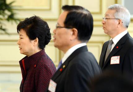 2016년 1월4일 청와대 영빈관에서 열린 신년인사회에서 애국가를 부르는 박근혜 전 대통령과 양승태 전 대법원장(맨 오른쪽). 청와대사진기자단.