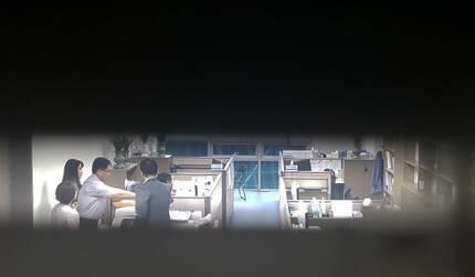 드루킹 민주당원 댓굴 조작 사건을 수사하는 허익범 특별검사팀 관계자들이 지난 2일 서울 여의도 의원회관에서 김경수 경남지사가 사용하던 사무실에서 압수수색을 하고 있다. 김경수 경남지사가 사용하던 사무실은 현재 김정호 의원이 사용하고 있다. 임현동 기자