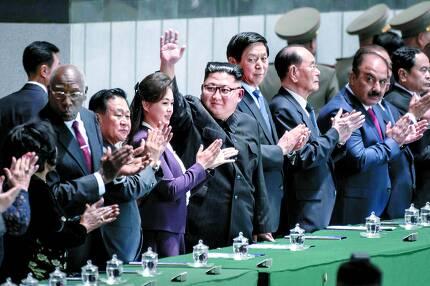 김정은 북한 국무위원장(가운데)이 정권 수립일인 9일 오후 기념행사가 열린 평양 5월1일 경기장에서 청중에게 손을 흔들고 있다. 경기장에서는 집단체조 '빛나는 조국' 공연이 열렸다. 김 위원장 오른쪽부터 리잔수 중국 전국인민대표대회 상무위원장과 김영남 최고인민회의 상임위원장이, 왼쪽부터는 부인 이설주와 최용해 노동당 부위원장이 박수를 치고 있다. 김 위원장은 18일부터 평양에서 문재인 대통령과 남북 정상회담을 한다. [AFP=연합뉴스]
