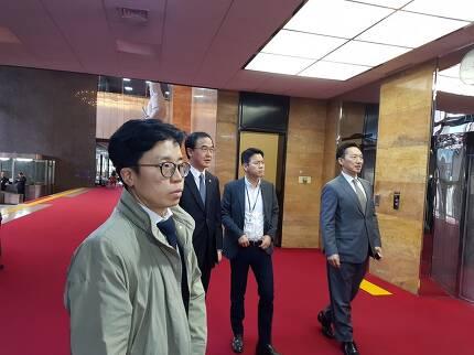 8일 조명균 통일부 장관이 국회에서 열린 바른미래당 의원총회에 참석하기 위해 들어가고 있다. 송경화 기자