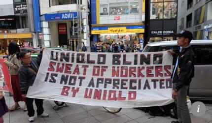 일본 SPA 브랜드 유니클로에 미납 임금 지불을 요구하며 도쿄에서 시위 중인 인도네시아 자바 가민도 공장 노동자들. /SCPM