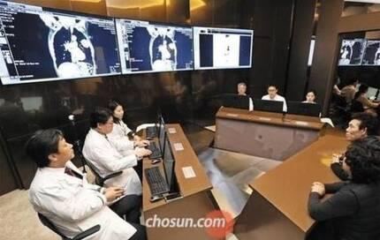인천 가천대 길병원 인공지능 암센터 다학제진료실에서 의료진이 암 환자와 가족들에게 인공지능 '왓슨(Watson)'이 제시한 치료 과정을 설명하고 있다. /조선DB