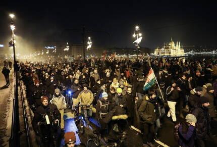16일 헝가리 부다페스트에서 반정부 시위대들이 행진하고 있다. [EPA연합뉴스]