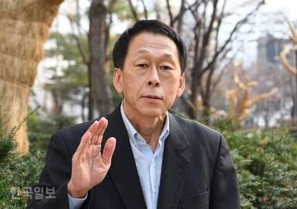 """그림 1 한국을 비롯한 아시아의 압축적 근대화를 연구 화두 삼은 장겹섭 교수는 """"한국의 근대는 서구 제도를 광범위하게 즉석 차용해 이룬 일종의 '꺾꽂이 근대'""""라고 정의하며 """"서구 제도가 갖는 사회 복리, 해방의 효과를 실현하기 위해서는 철학적 기초부터 쌓아야 한다""""고 말했다. 신상순 선임기자"""