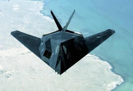 최초의 스텔스 전투기인 F-117 나이트호크. 모양 때문에 '하늘을 나는 다리미'라는 별명이 붙었다. [사진 미 공군]