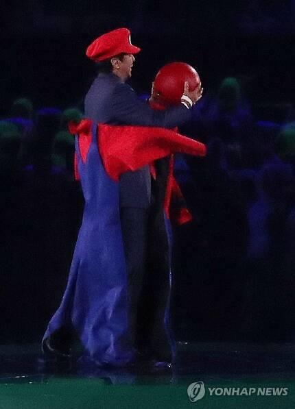 브라질 리우데자네이루 마라카낭 주경기장에서 열린 2016 리우올림픽 폐회식에서 일본의 아베 신조 총리가 게임 캐릭터 '슈퍼 마리오' 복장을 하고 등장한 모습 [연합뉴스 자료사진]
