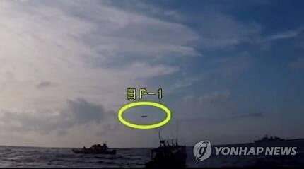 일본 초계기, 23일 우리 함정 향해 또 근접비행 (서울=연합뉴스) 국방부가 23일 오후 일본 해상자위대 초계기가 이날 우리 해군 함정을 향해 근접 비행을 했다고 밝혔다. 사진은 국방부가 지난 4일 공개한 지난해 12월 20일 조난 선박 구조작전 중인 광개토대왕함 상공에 저고도로 진입한 일본 초계기 모습(노란 원).  [국방부 유튜브 캡처] photo@yna.co.kr