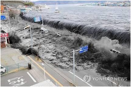 2011년 3월 동일본대지진 당시 발생한 쓰나미가 해안을 덮치고 있다. 연합뉴스 자료사진