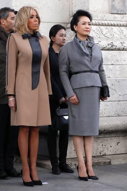 마크롱 프랑스 대통령의 부인(왼쪽)과 시진핑 주석의 부인이 개선문 헌화 행사장에 나란히 서 있다. [EPA=연합뉴스]