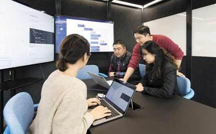 인공지능(AI) ARS 기능을 도입한 현대카드 직원들이 AI 상담원과 고객 간의 대화 내용을 모니터링하고 있다. /현대카드