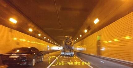 국내 터널은 대부분 차선이 실선으로 그려져 있어 차로 변경을 할 수 없다. [중앙포토]