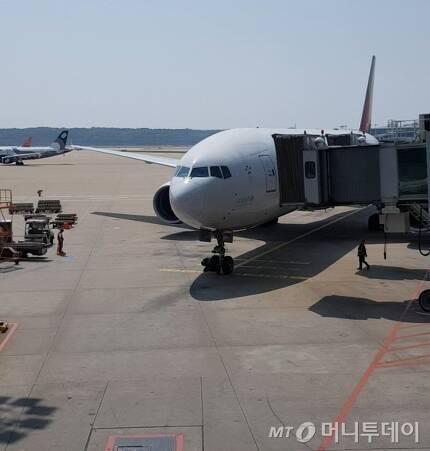 부르키나파소에서 무장세력에 납치됐다 프랑스군에 의해 구출된 40대 한국인 여성 장 모씨가 14일 아시아나항공편(OZ502)으로 귀국했다. 장씨는 \