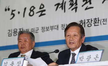 미 육군 501정보여단 군사정보관으로 재직했던 김용장씨(오른쪽)와 허장환 전 505보안대 특명부장이 13일 오후 국회 의원회관에서 특별기자회견을 열어 증언하고 있다. 신소영 기자 viator@hani.co.kr
