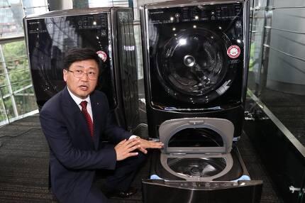 김동원 연구위원이 발명한 '트윈워시'는 아래에 4kg의 소량의 빨래를 세탁할 수 있는 통돌이 세탁기와 위에 대량의 빨래를 할 수 있는 드럼 세탁기가 결합한 형태다. 소음, 진동을 최소화하기 위해 자동차 서스펜션에 해당하는 '세탁기 서스펜션'을 새로 개발해야 했다. 김경록 기자.
