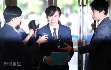 조국 법무부 장관 후보자가 22일 오전 인사청문회 준비 사무실이 마련된 서울 종로구의 한 빌딩으로 출근하며 취재진 질문에 답하고 있다. 서재훈 기자